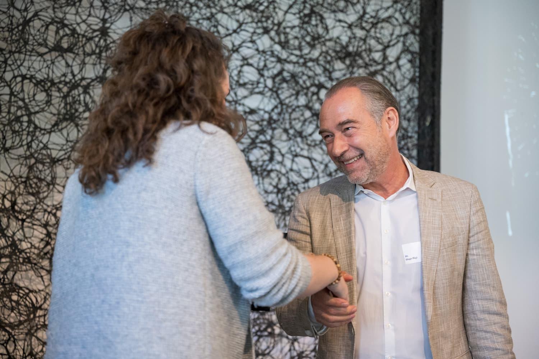 Daniela Bertoli, Deputy Director der CS Foundation, übergibt den Award an Hugo Bigi.