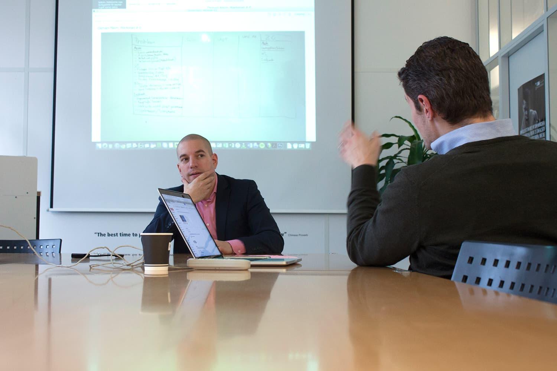 Im Workshop wird rege diskutiert. Matthias Gerber (links) führt durch den Workshop, während Max Meister (rechts) hier einen Aspekt hinterfragt.