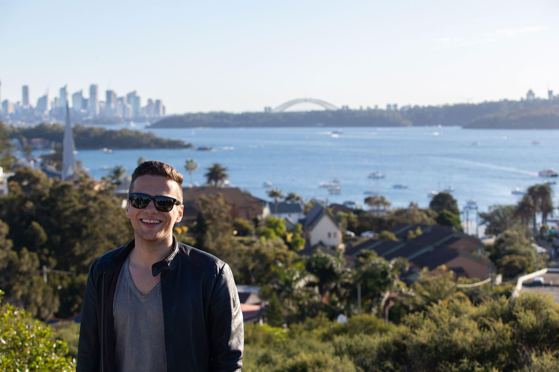 Lukas Knecht vor der Skyline von Sydney | Credit: Lukas Knecht