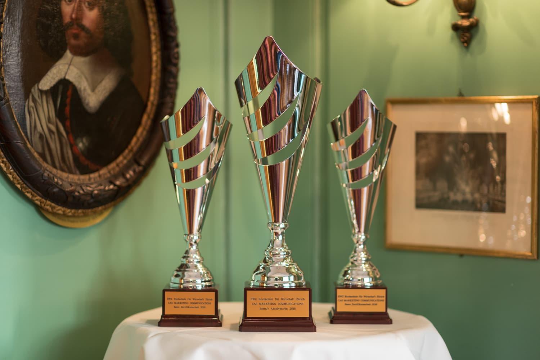 Die Pokale des CAS Marketing Communications stehen bereit