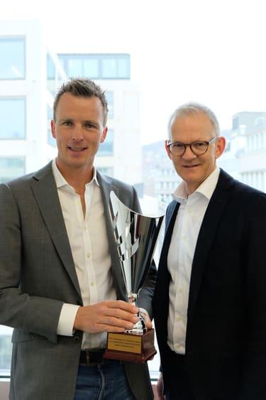 Pokalübergabe bester Dozent im CAS Marketing Communications: Lennart Hintz wird ausgezeichnet