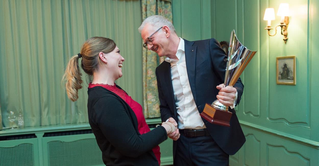 Christa Weidmann wird von Studiengangsleiter Vogler für ihre Leistungen ausgezeichnet
